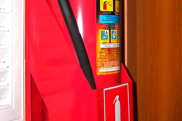 Настенная подставка для огнетушителя