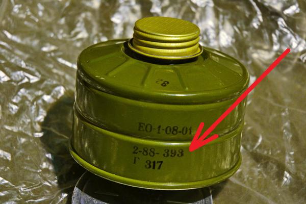 Проверка маркировки на фильтре противогаза для определения его эффективности для спасения от пожара