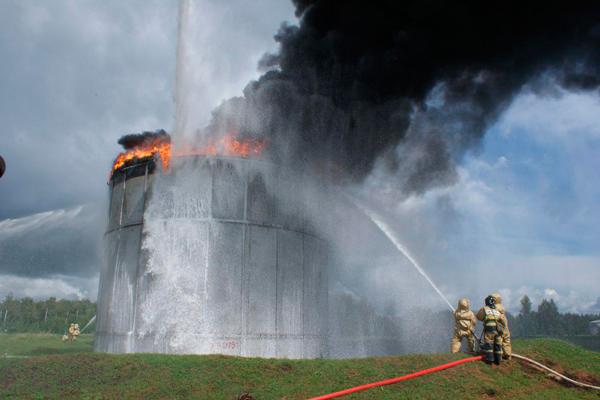 Процесс тушения горящего нефтяного резервуара