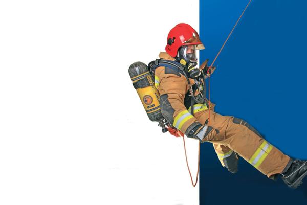 Спуск спасателя на землю с крыши здания с помощью пожарной веревки